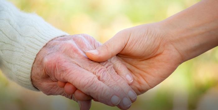 将关注老人当责任 将完善养老当事业